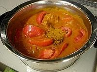 トマトを加えさらに煮る