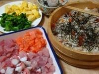 魚介類と卵焼きを角切りにする