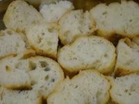 固くなったパンを包丁で切る