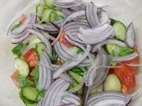 切った野菜に、塩、こしょう、赤ワインビネガーを加える
