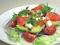 お皿に野菜類を盛り付ける。