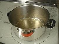 鍋にみりんを入れ火にかける