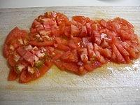 トマトを細かく切る