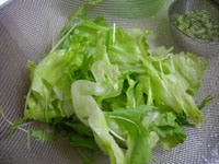レタス、水菜を食べやすい大きさに切る