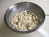豆腐ディップを作り、玉ねぎときゅうりを加える