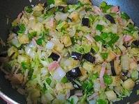 野菜を炒め、バットに取り出して常温に冷ます