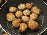 フライパンで揚げ焼きにする。