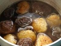 別の鍋に煮含めるだし用の調味料を温める。