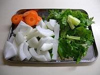香味野菜をざく切りにし、オーブンを200度に予熱する