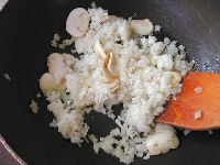たまねぎを炒め、、マッシュルームとご飯を加える。