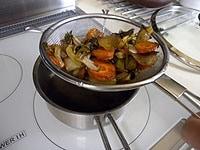 鍋にフライパンのソースを漉す