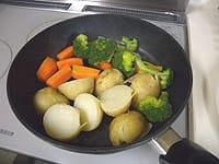 付け合せの野菜を蒸し煮にする