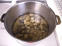 アサリ、ワタリ蟹、白ワインで美味しいスープをつくる