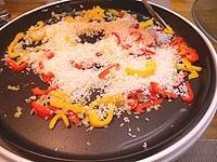 米を加え、弱火でじっくりと炒める
