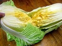 白菜を洗い切り分ける
